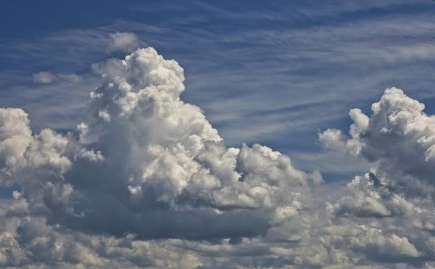 Białe chmury na niebie