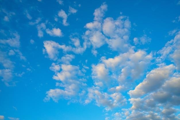 Białe chmury na niebieskim niebie. naturalne tło atmosferyczne.