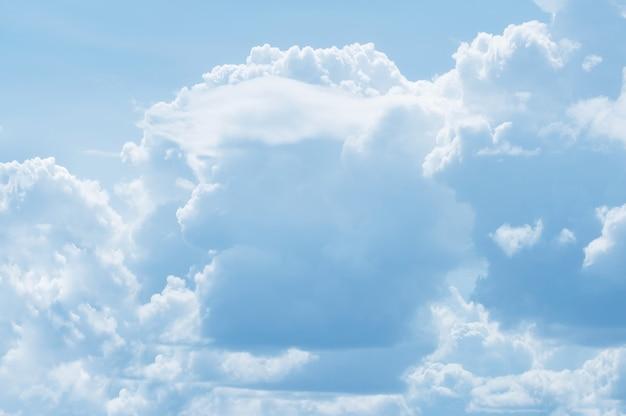 Białe chmury na niebieskim niebie przypominają twarz