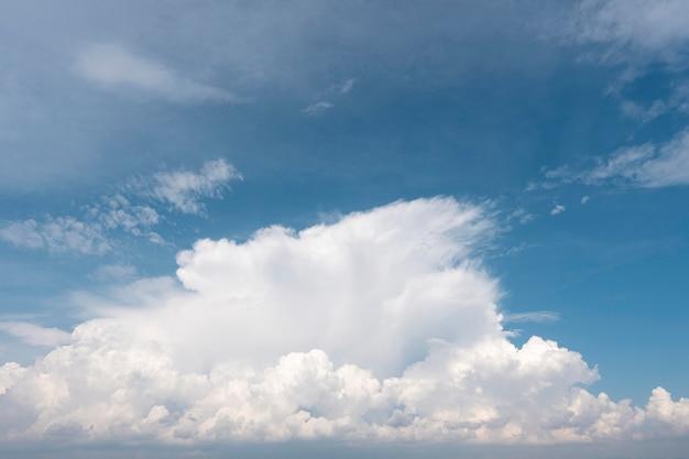 Białe chmury na niebieskim niebie w świetle dziennym