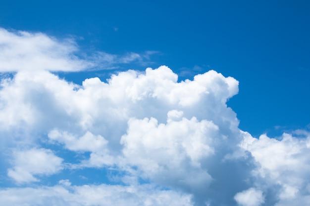 Białe chmury na niebieskim niebie