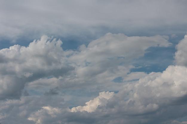 Białe chmury na niebieskim tle nieba sky