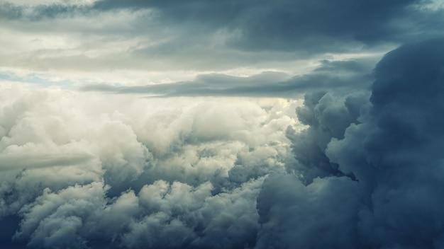 Białe chmury nimbusowe