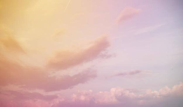 Białe chmury w błękitne niebo kolor zachód słońca lato