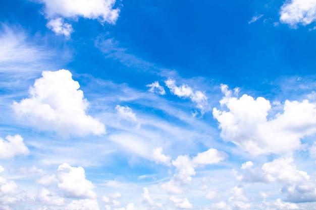 Białe chmury w błękitne niebo, piękne niebo z chmurami