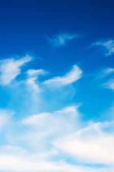 Białe chmury w błękitne niebo