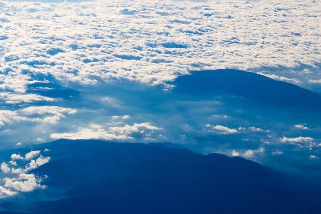 Białe chmury w ciągu dnia