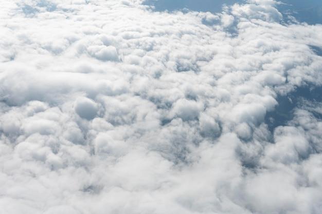 Białe chmury widziane z samolotu