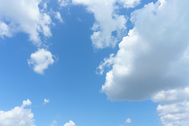 Białe chmury z niebieskim tle nieba