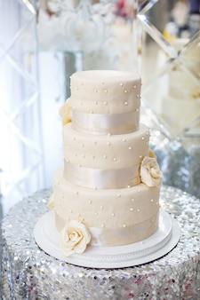 Białe ciasto z trzema warstwami ze śmietaną