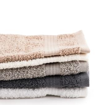 Białe, czarne, szare ręczniki kąpielowe