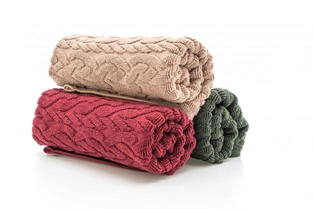 Białe, czerwone i zielone ręczniki na białym tle