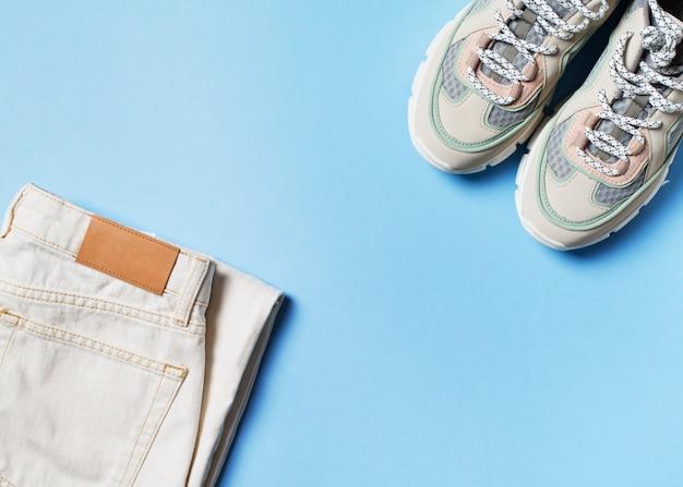 Białe damskie sneakersy i dżinsy mody mieszkanie świeckich