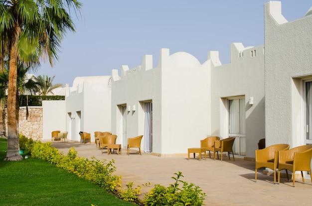 Białe domy i zadbane terytorium parku pięciogwiazdkowego hotelu w sharm el sheikh.