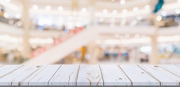 Białe drewniane deski na centrum handlowym