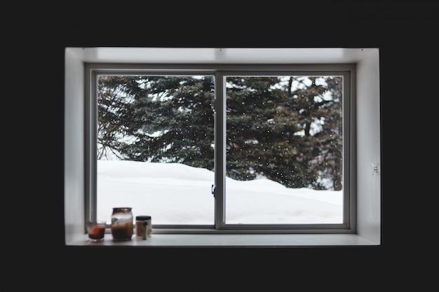 Białe drewniane okno z ramą szklaną