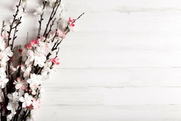 Białe drewniane tła z kwiatami