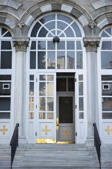 Białe drzwi budynku