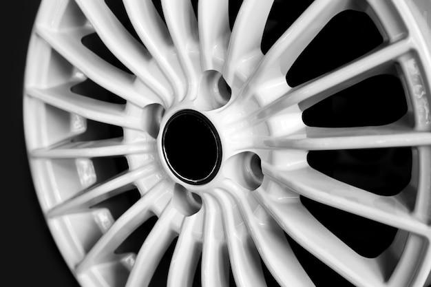 Białe felgi aluminiowe do samochodów premium zakup zbliżenie i wymiana dysków samochodowych