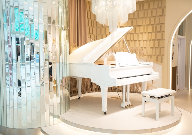 Białe fortepiany w pokoju