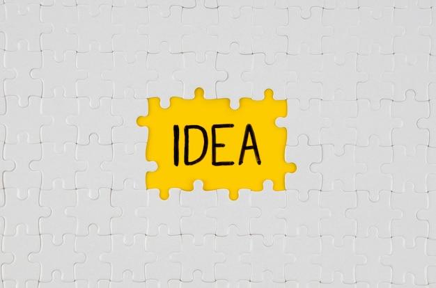 Białe fragmenty tekstu pomysłu puzzle