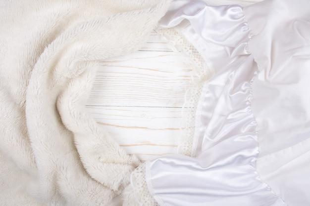 Białe futro i biały jedwab z koronką