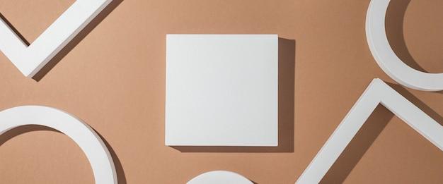 Białe geometryczne kształty podium do prezentacji na złotym tle. widok z góry, układ płaski. transparent.