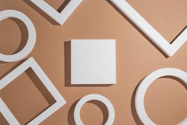 Białe geometryczne kształty podium do prezentacji na złotym tle. widok z góry, układ płaski.