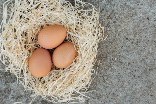 Białe gniazdo wypełnione brązowymi jajkami