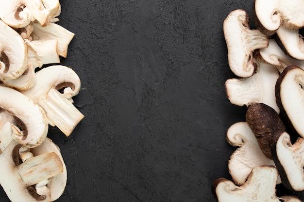 Białe grzyby na ciemnym biurku