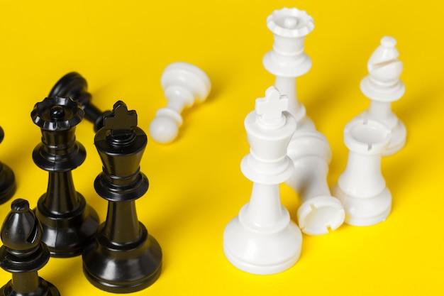 Białe i czarne figury szachowe