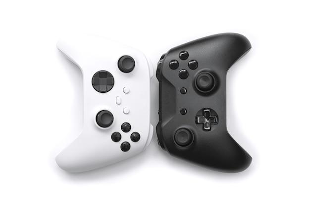 Białe i czarne kontrolery nowej generacji na białym tle