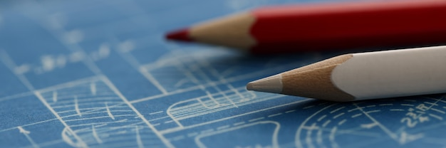 Białe i czerwone ołówki leżące na tle zbliżenie planu