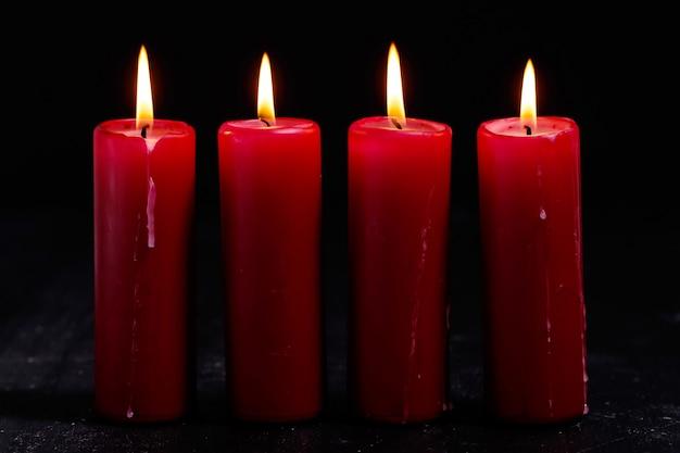 Białe i czerwone świece