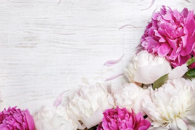 Białe i różowe piwonie na jasnym tle z miejsca na kopię. prezent na walentynki.