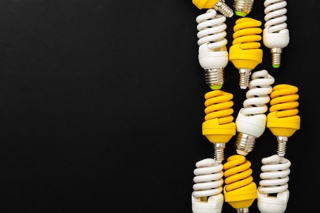 Białe i żółte żarówki na czarnym tle