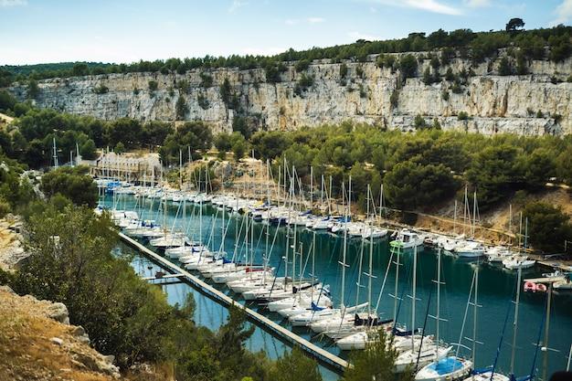 Białe jachty w calanque de port miou, jednym z największych fiordów między marsylią a cassis we francji.