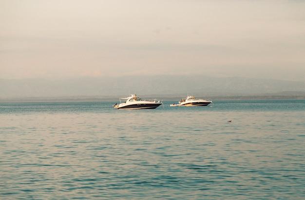 Białe jachty w morzu