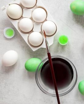 Białe jajka gotowe do pomalowania na wielkanoc