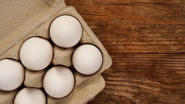 Białe jajka na drewnianym tle. wielkanoc i koncepcja gotowania śniadanie zdrowej żywności