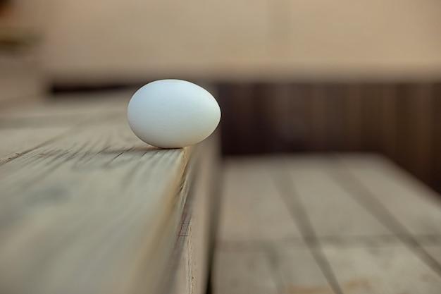 Białe jajko leży na schodach