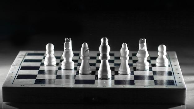 Białe kawałki na chessboard.photo z miejsca na kopię.
