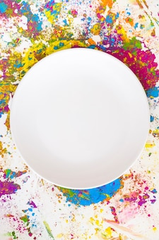 Białe kółko na plamach o różnych jasnych, suchych kolorach