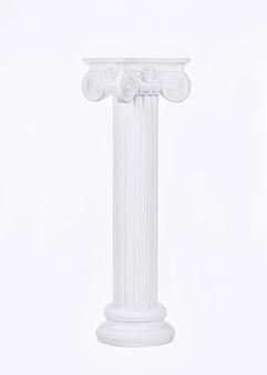 Białe kolumny w stylu renesansowym wielkimi literami