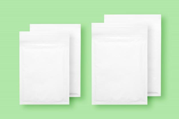 Białe koperty bąbelkowe papieru, na białym tle