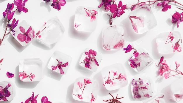 Białe kostki lodu z kwiatami w środku