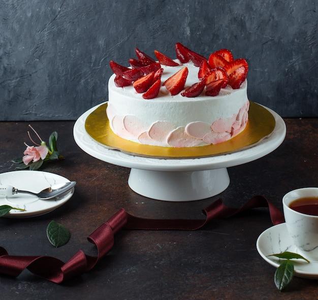 Białe kremowe ciasto z truskawkami