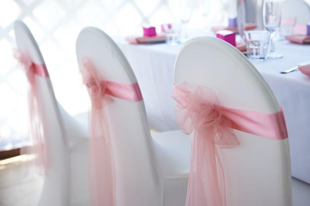 Białe krzesła ślubne na uroczystość