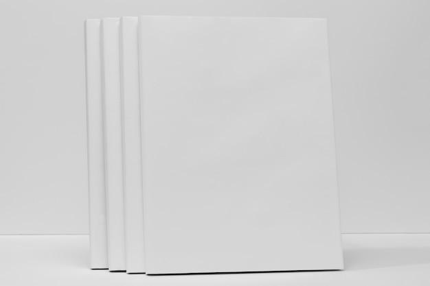 Białe książki z widokiem z przodu