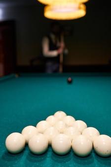 Białe kule bilardowe na niebieskim stole bilardowym. gra hazardowa w bilard. zbliżenie